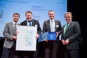Felicitaciones! El equipo Gutermann (de izquierda a derecha: Dr. Andreas Traub - CTO, Jens Herzberg - Ventas Alemania, Simon Fechter - Gerente de Producto Supervisión Fija de Redes) junto con el Ministro del Ambiente Franz Untersteller.