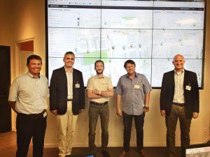 Firmando el contrato de suministro en la sala de control de Veolia en Lyon (izq. a der.): Franck Texier (Veolia), Lucas Grolimund (Gutermann), Stéphane Ravanat (Veolia), Luc Bade (Gutermann France), Uri Gutermann (Gutermann)